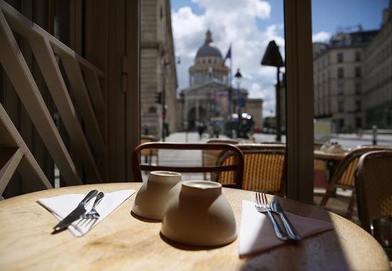 6月18日,法國巴黎先賢祠附近的一家重新開業的餐館內景。 新華社記者 高靜 攝