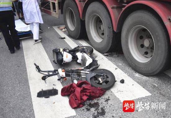 江苏一17岁少女骑车玩手机被卷入大货车底