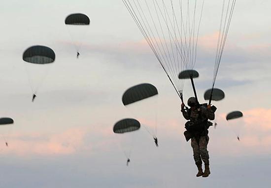 美国陆军第82空降师一名伞兵在训练中死亡