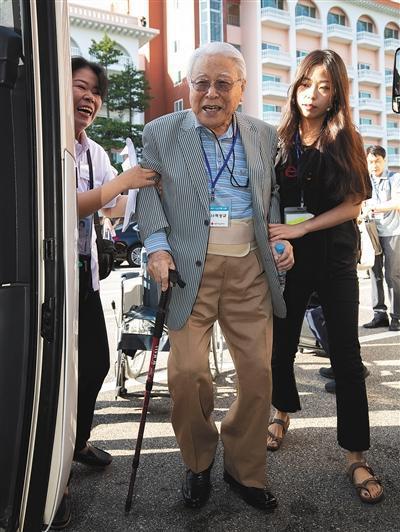 8月20日,在韓國束草,參加本次韓朝離散傢屬團聚活動的韓方年齡最長者、101歲的白成圭(音)老人在傢人的攙扶下準備登上長途汽車。 新華社發(李相浩 攝)