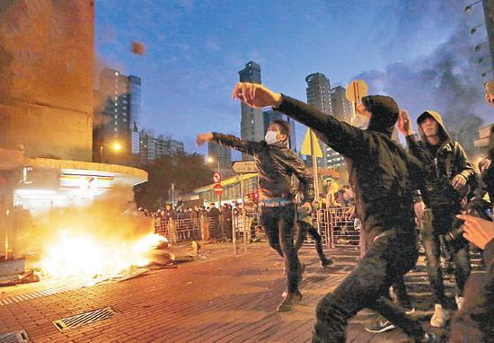 暴徒将砖头和燃烧瓶砸向执勤警员(图:港媒)