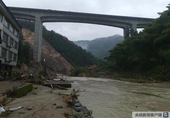 浙江永嘉县山早村由滑坡造成的堰塞湖照片。↓(照片来源:永嘉县消防救助大队)