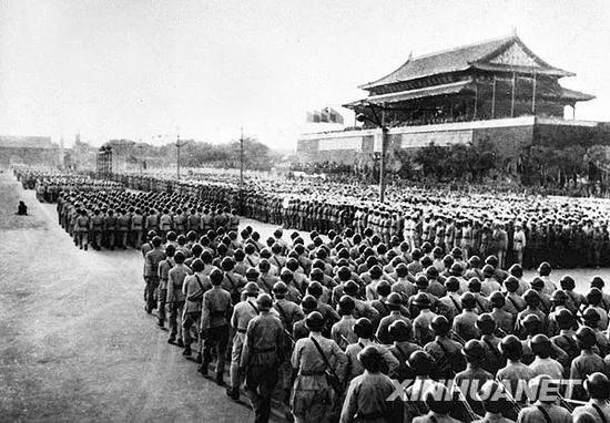 1949年10月1日,中国人民解放军陆军方阵通过天安门广场。新华社发(高粮 摄)