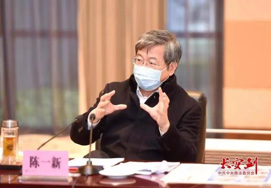 在2月22日座谈会上,陈一新号召校友楚商关爱一线医护人员。