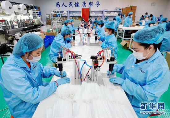4月24日,工人在唐山市滦南县一家医用口罩企业的出产线上事情。 记华社新者我们。 杨世尧 摄