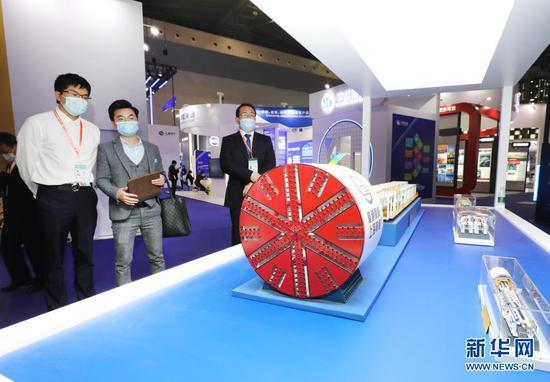 4月15日,第八届中国(上海)国际手艺收支口买卖会在上海世博展览馆开幕。这是观光者在一个盾构机模子展品前立足旁观。新华社记者 方喆 摄
