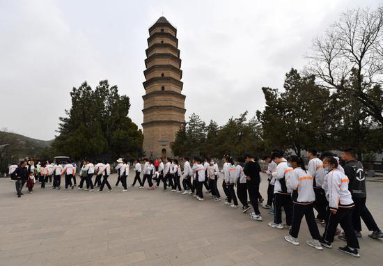 ↑2021年3月30日,观光者在陕西延安宝塔山观光。