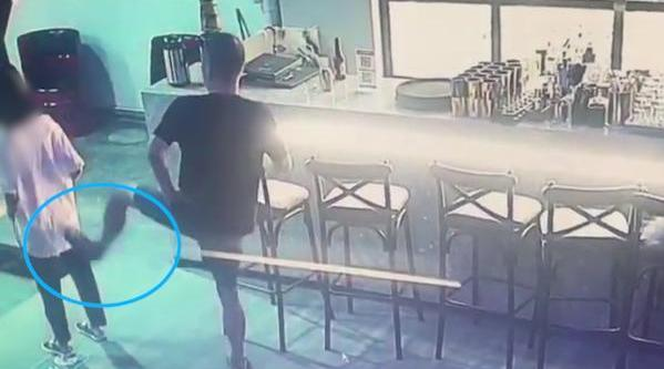 视频-酒吧兼职女子拒给微信遭男子掌掴脚踹 民警催男子配合调查