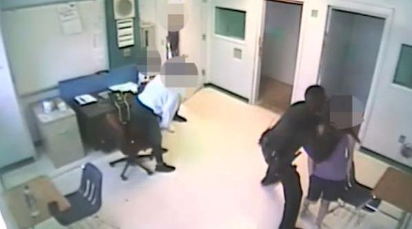 视频-美国校警掐喉摔15岁女学生:被控虐待儿童