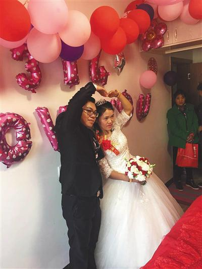 钱仁凤和丈夫白延平一起比爱心。受访者供图