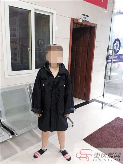 民警给小文找来衣服。