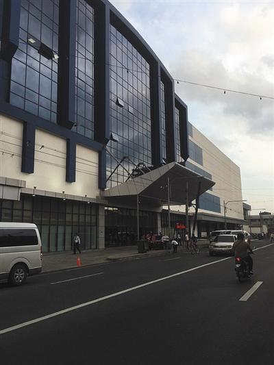8月21日傍晚,菲律宾马尼拉珍珠大厦门口,多名安保人员值守。新京报记者 李明 摄