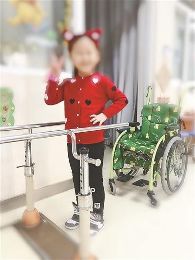 宋馨借助器械进行站立行走训练