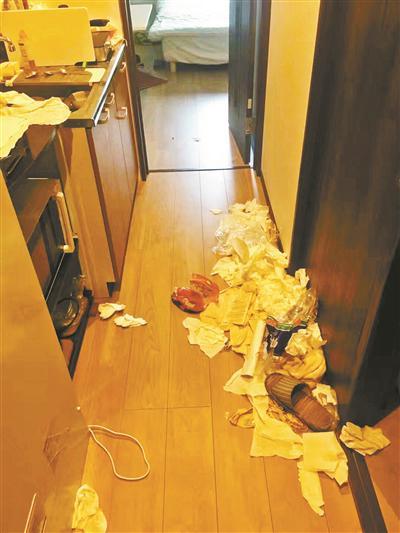 民宿老板发的图中,大量纸巾、塑料袋扔在走廊上