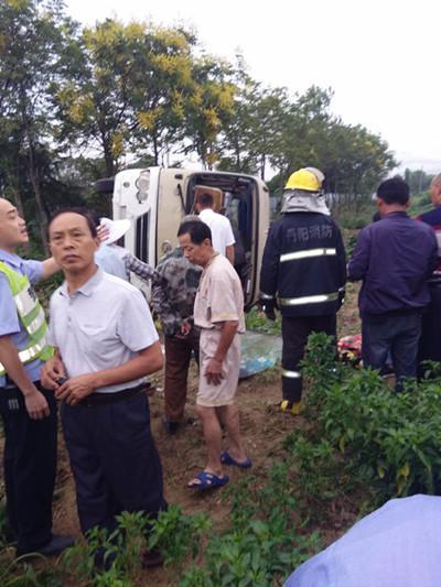 江苏丹阳发生车祸:中巴车疑因避电动车侧翻致2死