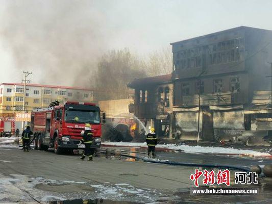 「蓝冠」北文蓝冠安境内一罐车侧翻引燃门店致2死4图片