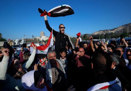 叙利亚居民在大马士革集会,抗议美英法联军对叙袭击