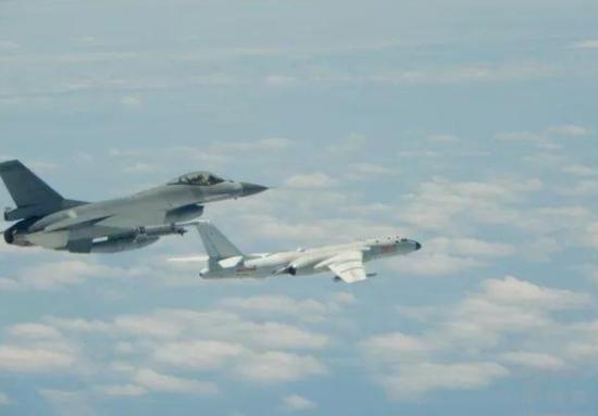图为台防务部门发布的F-16A战机与解放军轰-6k合照。(来源:台媒)