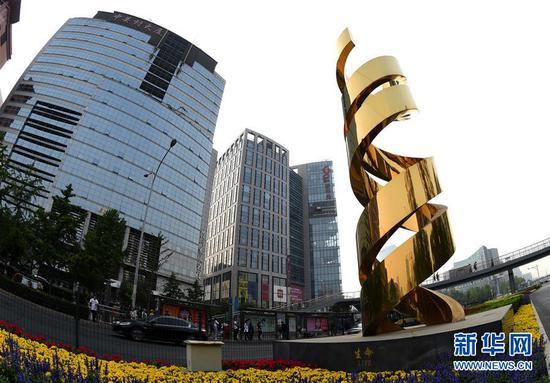 位于中关村大街、题为《生命》的雕塑(2018年5月14日摄)。新华社记者罗晓光摄
