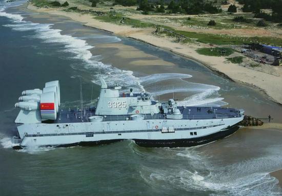 """解放军的""""欧洲野牛""""气垫登陆艇可以将主战坦克直接送上滩头"""