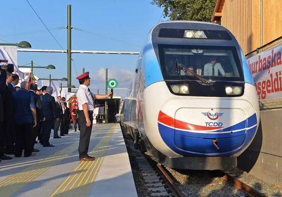 ▲2014年7月25日,首趟安伊高铁列车抵达土耳其伊斯坦布尔站,由中国铁建承建的中国海外首条高铁在土耳其通车。