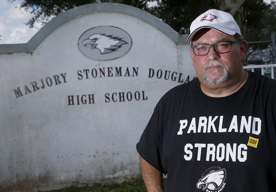 费尔曼在发生暴力事件的中学前接受了采访(图源:美联社)