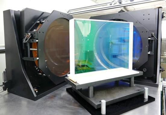 大尺寸激光薄膜反射元件。 中国科学院上海光学精密机械研究所供图