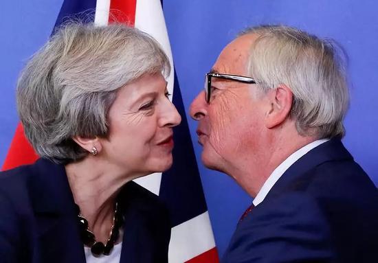 10月17日,在比利時佈魯塞爾,英國首相特雷莎·梅(左)與歐盟委員會主席容克在歐盟?會開始前互相致意。新華社/路透
