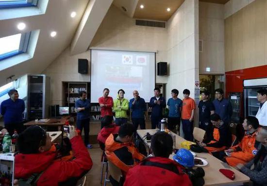 ▲資料圖片:2016年2月9日,韓國張保皋站的科考隊員歡迎中國科考隊員來訪。(新華社)