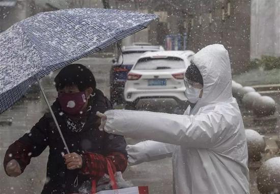 """2月15日,江汉区""""下沉""""的党员干部在小区进口值守。"""