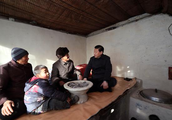 2012年,习近平在河北省阜平县看望慰问困难群众。新华社记者 兰红光 摄