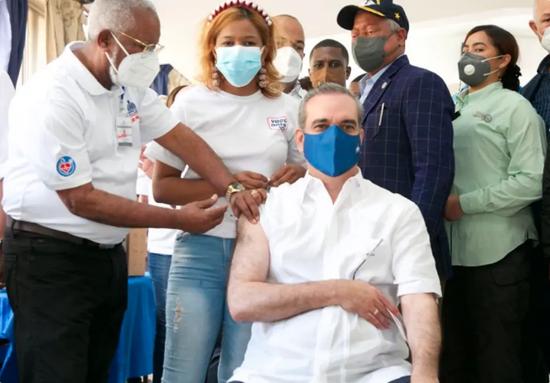 接种新冠疫苗疼吗?多米尼加总统:还没我夫人掐的