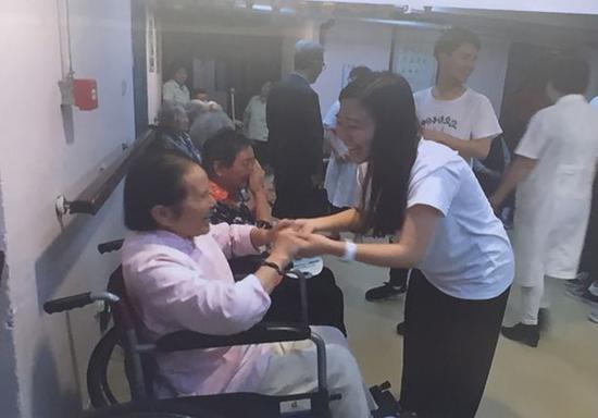 日今年轻人此前在南京敬老院交换。