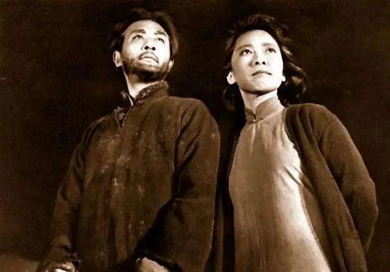 △《猛火中长生》剧照:江姐和战友许云峰互相搀扶着走向法场