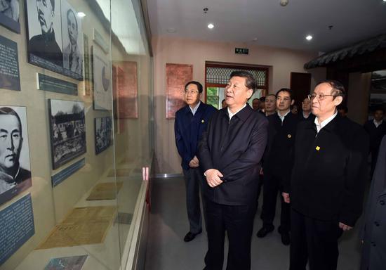 ↑2016年4月24日,习近平在安徽六安市金寨县观光金寨县革命博物馆。