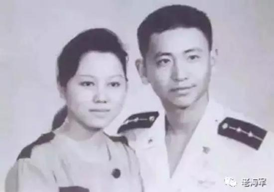王伟与妻子阮国琴的结婚照。