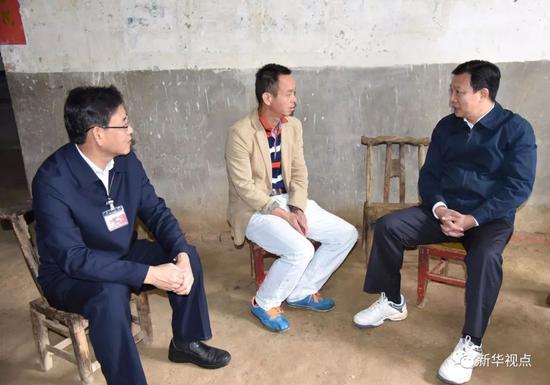 杨汉军(右)在武汉市新洲区调研精准扶贫和灾后重建工作(2016年10月14日摄)。