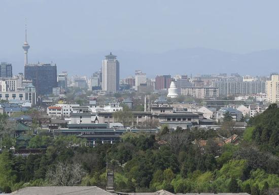 ↑这是白塔及周边建筑(4月14日摄)。新华社记者 罗晓光 摄