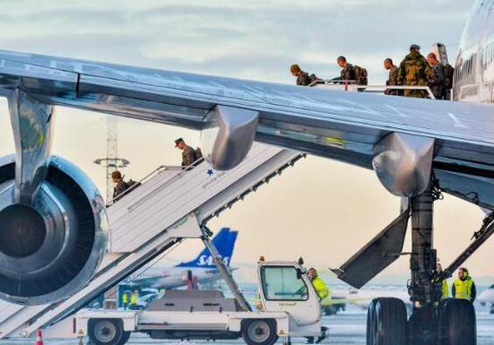 第一批赴挪威训练的美国海军陆战队。(图源:路透社)