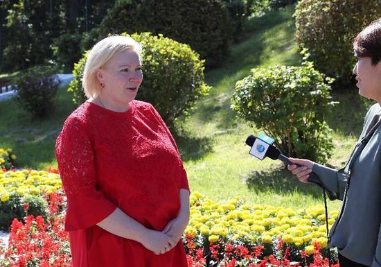 娜塔莉亚·谢米纽塔接受新华社记者采访(新华社记者庞兴雷摄)