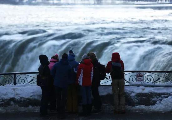 ▲资料图片:2018年1月3日,在加拿大安大略,游客拍摄尼亚加拉瀑布。(新华社/路透社)