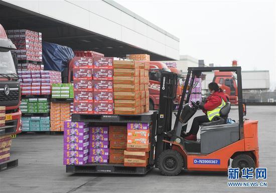 2月10日,工人在位于重庆市两江新区的康师傅方便食品有限公司装运货物。新华社记者王全超摄