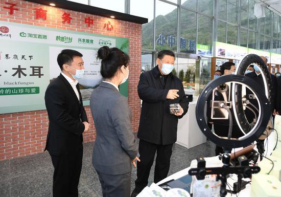 2020年4月20日,习近平在陕西观察。新華社记者 谢环驰 摄