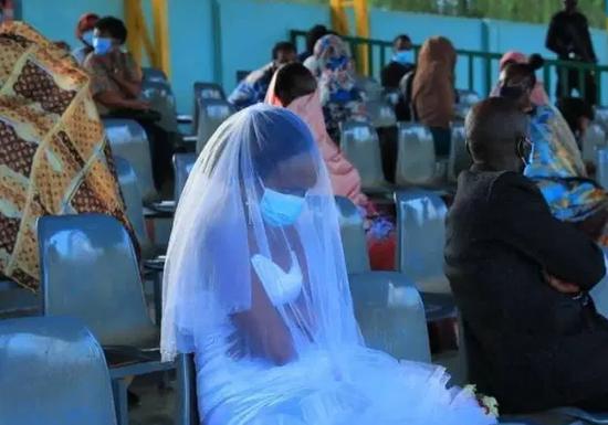卢旺达夫妇违规举办婚礼 新婚夜被关露天体育场