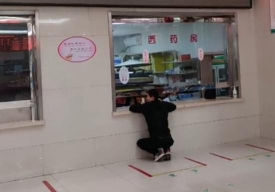 """陕西宝鸡一医院药房窗口现""""丁义珍式窗口""""?回应:已整改图片"""