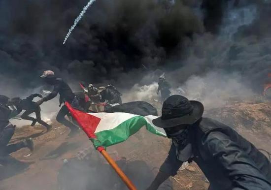 ▲巴勒斯坦人焚烧轮胎抗议美国大使馆迁移到耶路撒冷,以色列军则向示威者开火和发射催泪弹。(路透社)