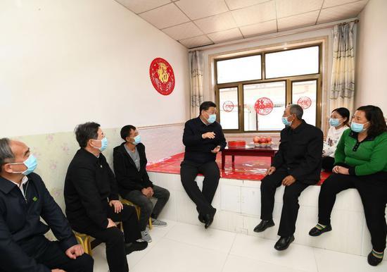 2020年,习近平在山西大同市西坪镇坊城新村考察。新华社记者 谢环驰 摄