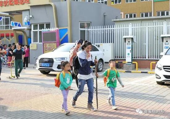 ▲5月8日,朝阳区劲松第一幼儿园华纺易城幼儿园,接送的家长都手持棍棒来防止黄狗袭击。新京报记者 王飞 摄
