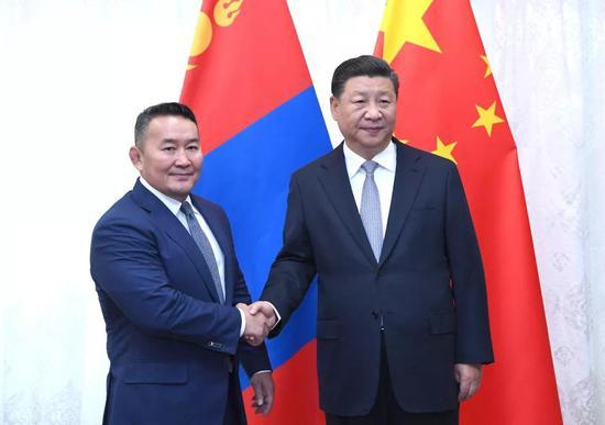 9月12日,国度主席习近平在符拉迪沃斯托克会晤蒙古国总统巴特图勒嘎。新华社记者 饶爱民 摄