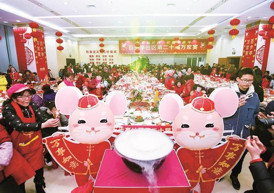 ↑百步亭社区第二十届万家宴举行。图片来源:楚天都市报